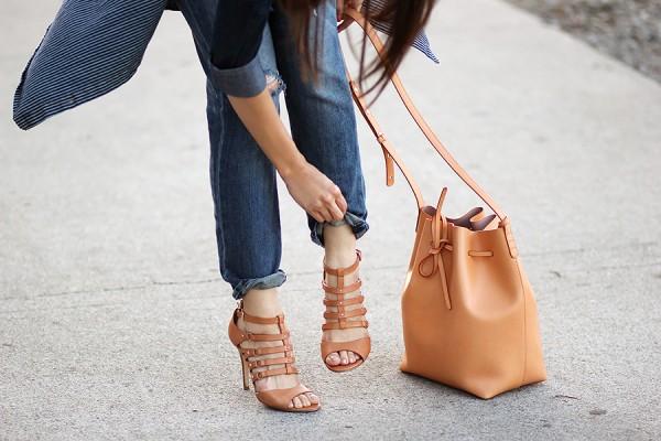 05-denim-boyfriend-jeans-shirt-mansur-gavriel-bucket-cammello-ivanka-trump-sandals-ferragamo-buckle-ootd
