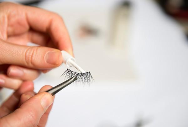 apply-lash-glue