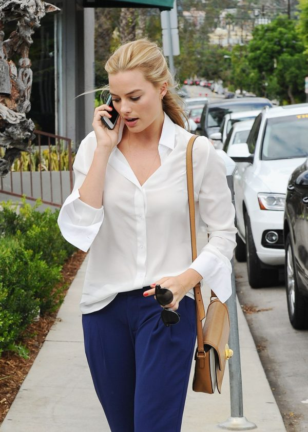 margot-robbie-outside-lemonade-in-west-hollywood-october-2015_2